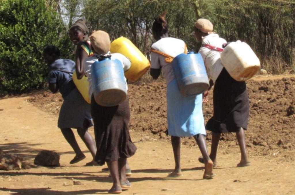 Samuel Irungu photographs women in Kenya walking to secure water (Samuel Irungu/World Vision)
