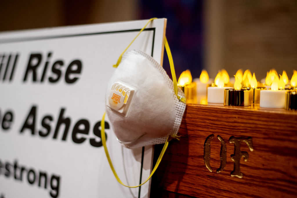 An air mask hangs on an altar during a vigil for Camp Fire victims at the First Christian Church of Chico on November 18, 2018 in Chico, California. The blaze has killed at least 76 people and destroyed more than 10,000 structures according to Cal Fire. (Photo by Noah Berger-Pool/Getty Images)
